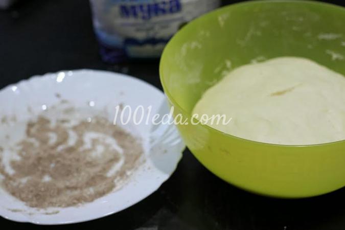 Пирог из дрожжевых шариков с корицей, изюмом и белой глазурью в мультиварке: рецепт с пошаговым фото