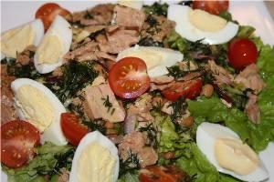рецепт салата из макарон, грибов и консервированного тунца с фото