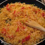 Ароматный рис с омлетом и зеленью в сковороде вок