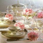 Фото сервировки стола к обеду: розовые пионы