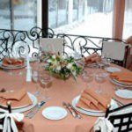 Фото сервировки стола к обеду: белый и персиковый.