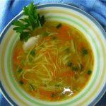 Куриный суп с домашней лапшой для детей.
