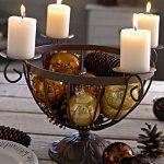Свечи на новогоднем столе.