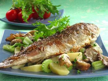 рыба с грибами и салатом
