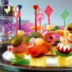 Вкусные закуски на шпажках: 10 рецептов