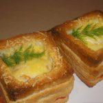 Горячие бутерброды с колбасой и сыром на завтрак