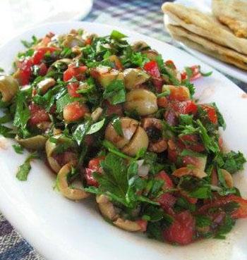 салт с оливками и овощами