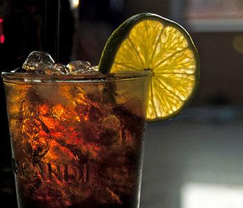 Алкогольный коктейль с кока колой