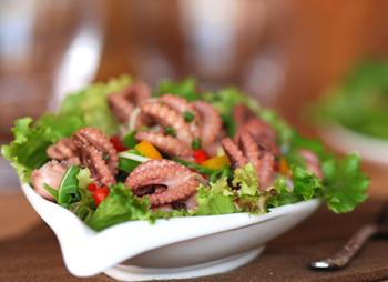 салат с осьминогами и зеленью