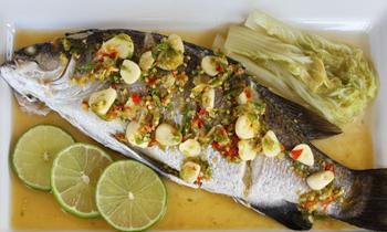 жареная рыба с соусом