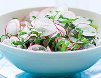 Салат из редиса с рисом включает также
