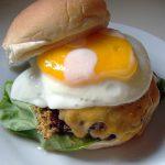 Гамбургер с яичницей