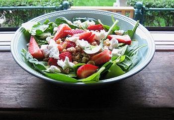 Рецепт салата со шпинатом, клубникой и козьим сыром