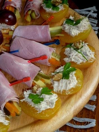 Дип с тунцом на половинках абрикос