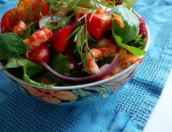 Рецепт салата из раковых шеек с зеленью и помидорами