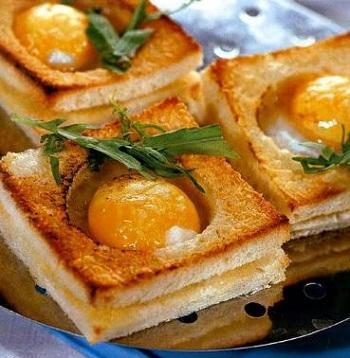 Рецепт горячего бутерброда с яичницей внутри