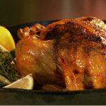 Курица, фаршированная курагой и орехами