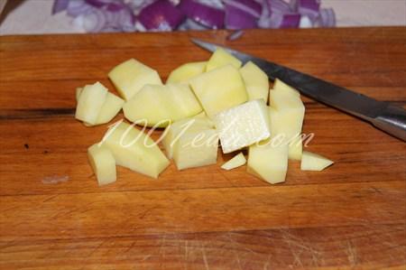 картошка с мясом и овощами в стеклянной посуде