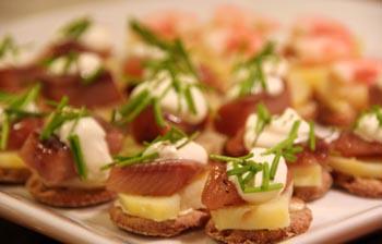 Мини-бутерброды с сельдью и картофелем