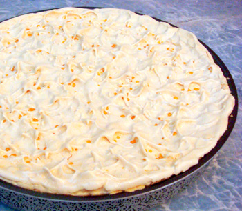 пирог с ананасовым кремом и безе