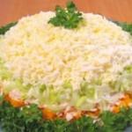 Слоеный пасхальный салат с грибами и курятиной