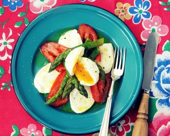 Пасхальный салат с помидорами и спаржей