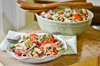 Панцанелла с лососем и зеленой фасолью
