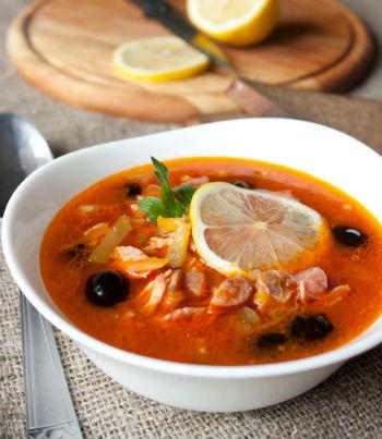 рецепт солянки мясной сборной с колбасой и курицей