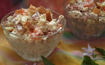 Салат с сухариками, колбасой и кукурузой, пошаговый рецепт с фото