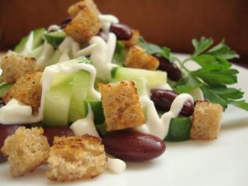 рецепт салата с фасолью и грибами и с сухариками