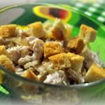 Салат с сухариками и курицей