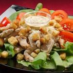 Куриный салат с сухариками, помидорами и сыром
