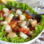 Салат с помидорами черри, курицей, сухариками