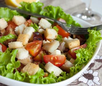 рецепт салата с сухариками помидорами