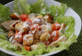Салат куриный с сухариками
