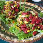 Салат с фасолью, ветчиной и классическими сухариками
