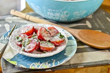 Как приготовить салат из помидоров с пахтой и базиликом