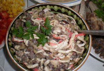 Рецепт крабового салата с жареными шампиньонами