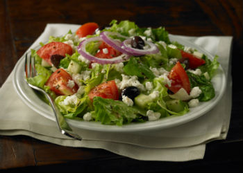 Рецепт греческого салата с овощами и моцареллой