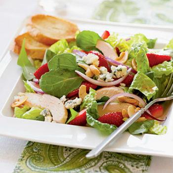 Рецепт летнего салата с курицей и клубникой