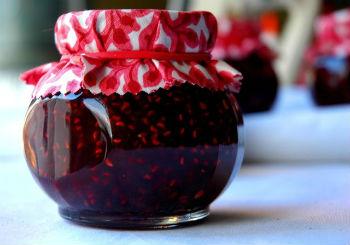 Как приготовить малиновое варенье с черной смородиной
