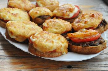 Рецепт горячих бутербродов с грибами и мясом