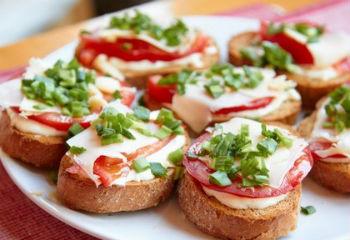 Рецепт горячих бутербродов со шпротами
