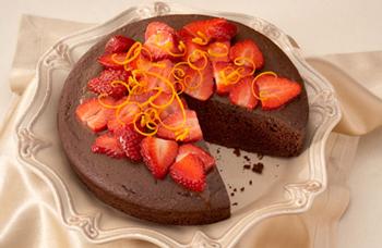 Шоколадная шарлотка с клубникой в мультиварке