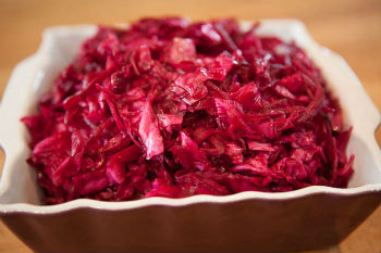 Быстрый рецепт соленой капусты со свеклой
