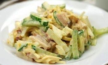 Салат с копченой курицей и огурцами и кукурузой