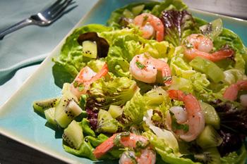 Салат с креветками и киви