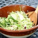 Салат из капусты, яблока и имбиря