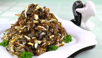 Рецепт салата с кальмарами, крабовыми палочками и морской капустой