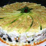 Слоеный салат с креветками, черносливом и курицей